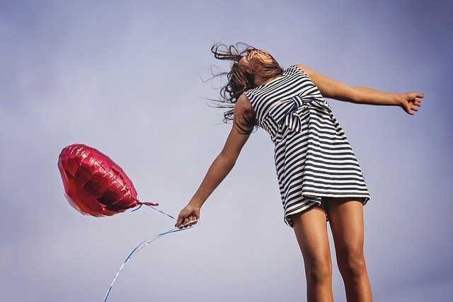 Девушка с шариком