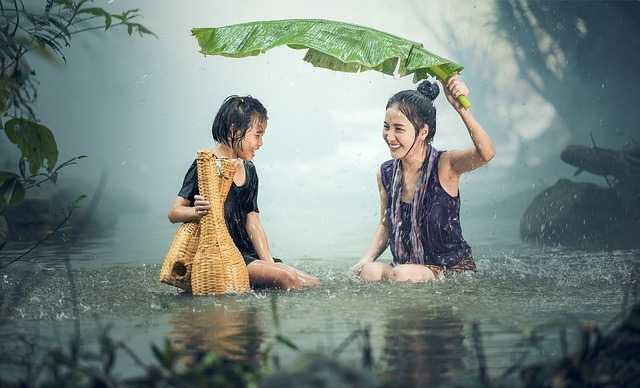 Две женщины под дождем