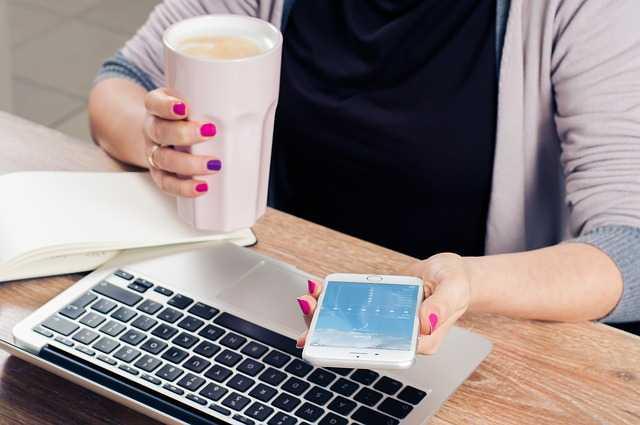 Кофе, телефон и ноутбук