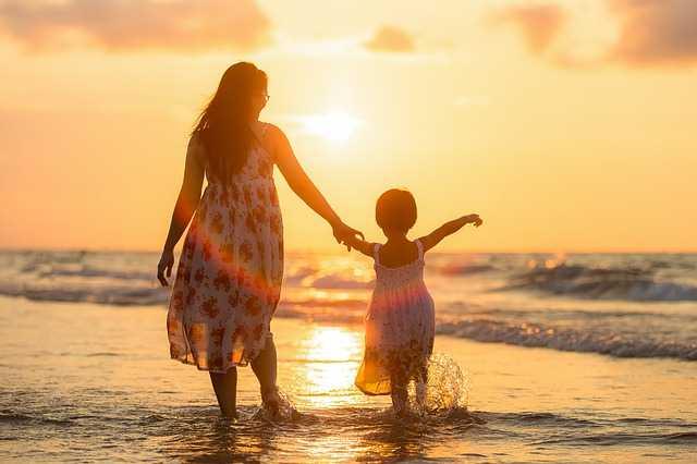 Мама и дочь на закате