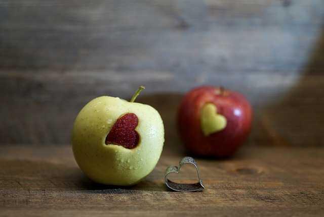 Яблоки с сердечками
