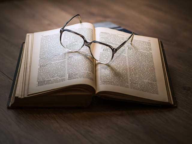 Очки на книге