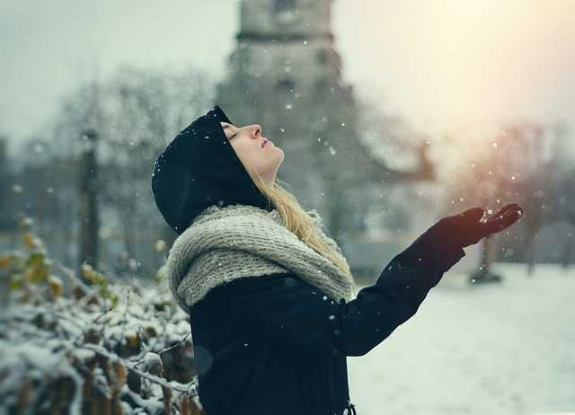 Девушка наслаждается снегом