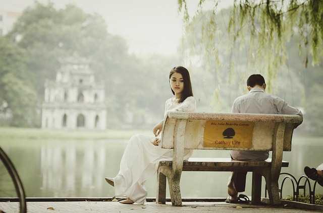Пара на скамейке