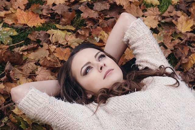 Девушка на листьях