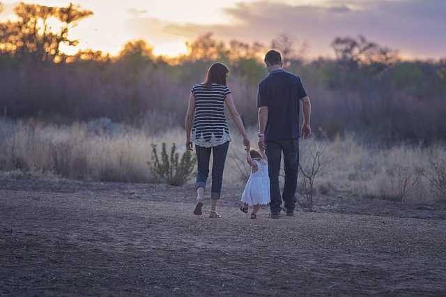Семья гуляет