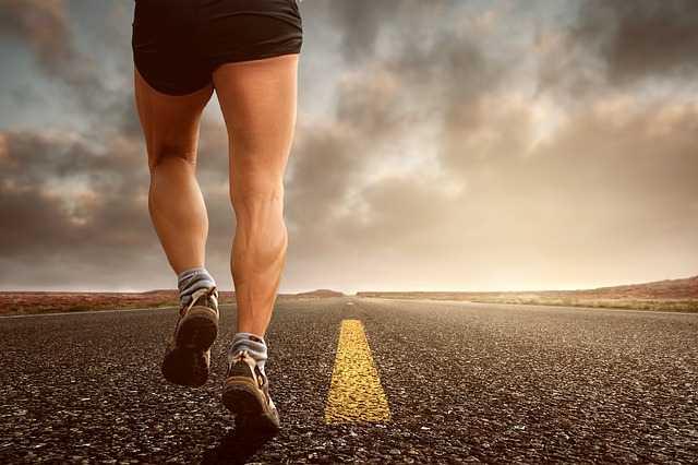 Парень бежит по дороге