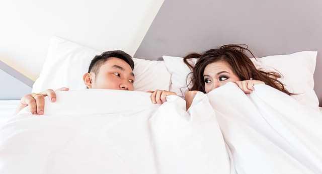 Парень и девушка в кровати