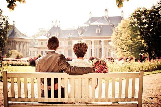 Влюбленные на скамье