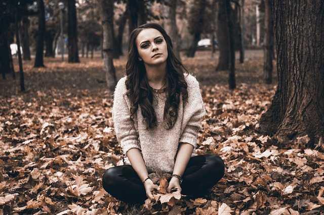 Девушка и осенняя листва