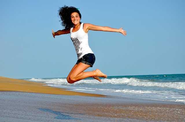 Девушка улыбается в прыжке