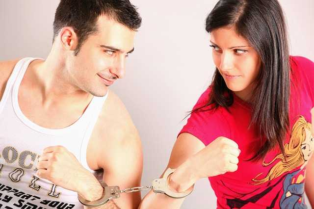 Пара в наручниках
