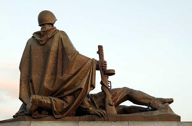 Статуя солдата